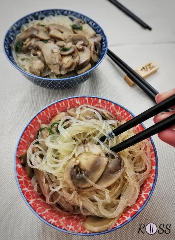 Spaghetti di riso con funghi champignon