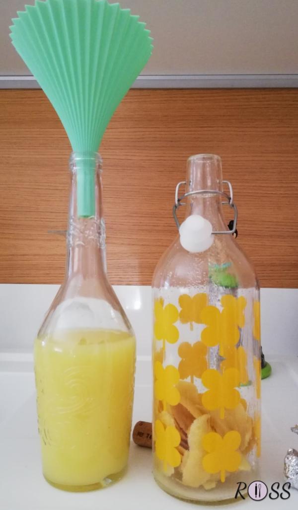 Terminati i tre giorni, estraete l'alcol , che si sarà colorato di giallo, e travasatelo in una bottiglia da un lito in vetro (quella definitiva). Adesso aggiungete 450 grammi di acqua e 200 grammi di zucchero semolato.