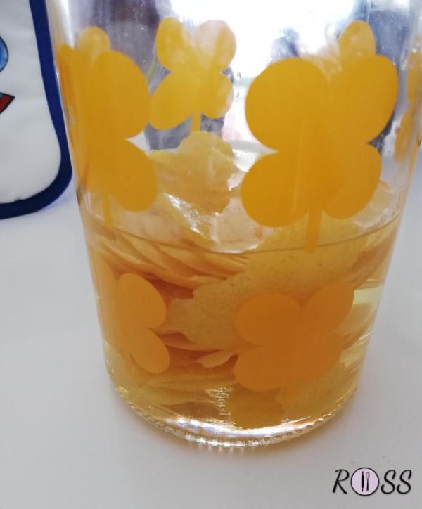 Adesso poneteli dentro una bottiglia(o un contenitore in vetro) da un litro ed aggiungete 400 g ( grammi e NON litri) di alcol.