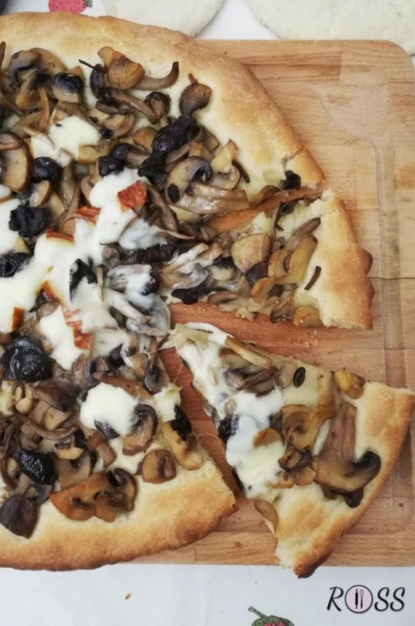 Pizza al tris di funghi e scamorza affumicata
