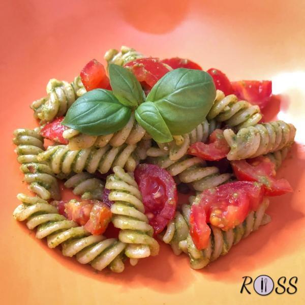 Pasta ai cereali  con pesto di rucola e pomodorini