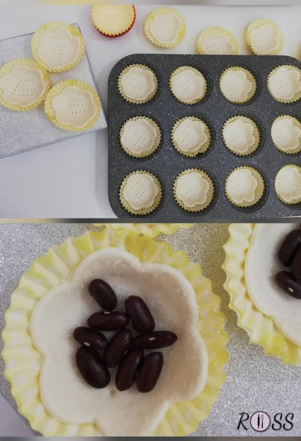 Ponete ogni cestino sulla teglia per muffin (in questa maniera manterranno la forma intatta) e riempiteli con dei ceci o fagioli secchi per evitare che il centro gonfi in cottura.