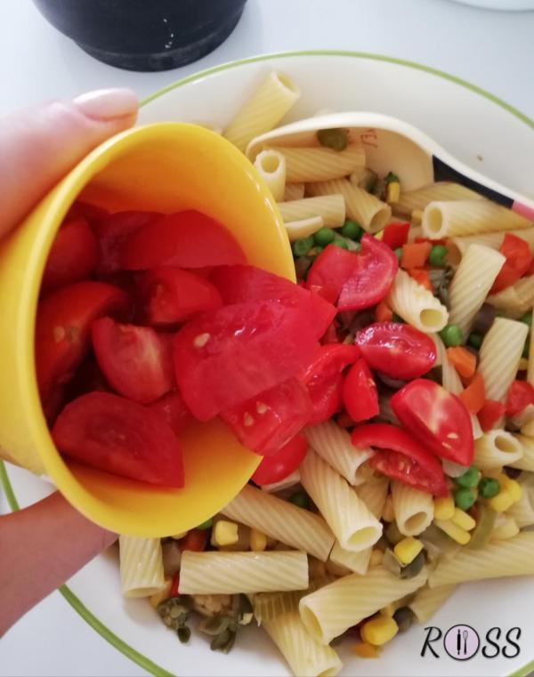 Adesso unite i pomodori tagliati in 4 parti.