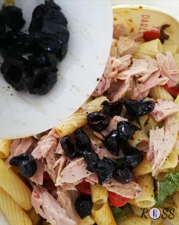 Snocciolate le olive nere e tagliate la polpa in due