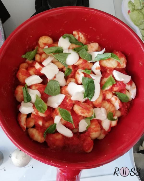 A parte affettate la mozzarella e fatela colare per bene per non rendere il piatto troppo acquoso.  Accendete il forno, modalità ventilata, a 180°C.