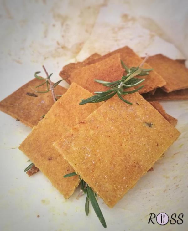 Crackers alla curcuma e rosmarino