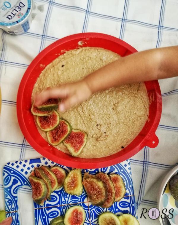 Incorporate le noci tritate grossolanamente. Imburrate ed infarinate una tortiera da 22 cm. Versate l'impasto e livellate con una spatola. Mettete sopra i fichi disponendoli a raggiera, le mandorle e i gherigli di noce. Fate cuocere per circa 45 minuti, (fate sempre la prova stecchino prima di sfornare. Dovrà uscire asciutto). Fate raffreddare e servite, se volete, con una pallina di gelato alla vaniglia.