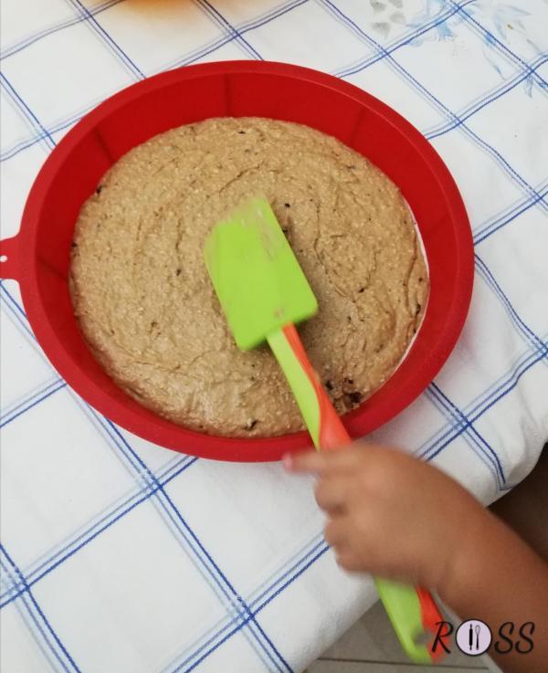 Per prima cosa accendete il forno a 180°,modalità statica. Lavate i fichi, asciugateli e tagliateli a fettine. Lavorate con le fruste elettriche l'olio con lo zucchero. Unite la farina di mandorle e continuate a mescolare.Continuando a  mescolare, aggiungete al centro lo yogurt e la farina setacciata con il lievito, la scorza grattugiata di un limone ed il pizzico di sale.