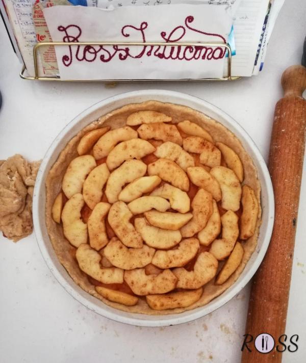 Adesso adagiate le mele a raggiera, cospargete con altra cannella e decorate a piacere con