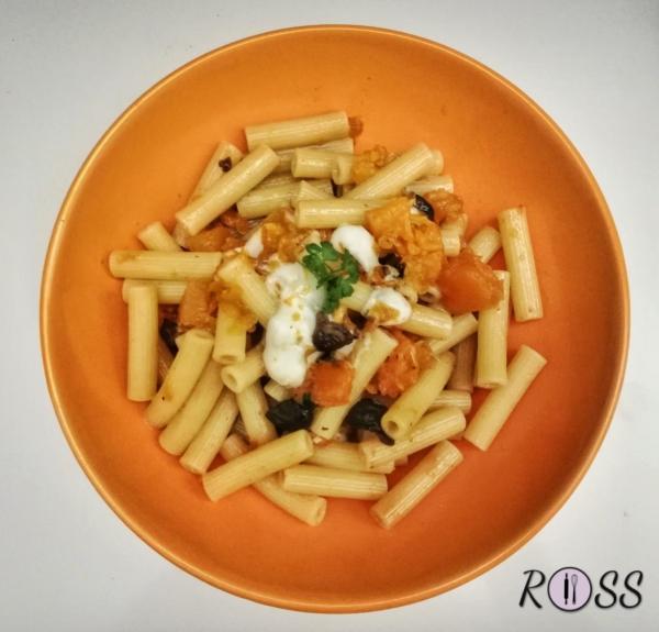 Pasta con zucca, olive e formaggio filante