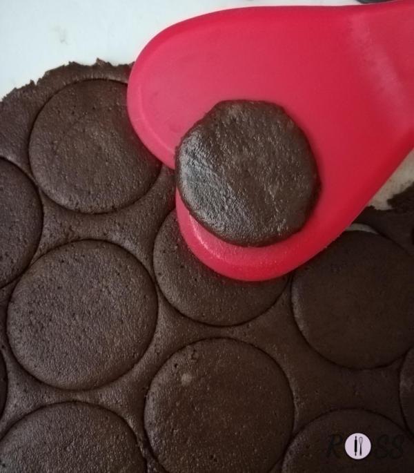 Offriteli ben freddi e se desiderate, decorateli con ciò che più vi piace. Io, ad esempio, li ho decorati con della cioccolata fondente fusa. Si conservano intatti per 1 settimana, in contenitore di latta o sottovuoto.