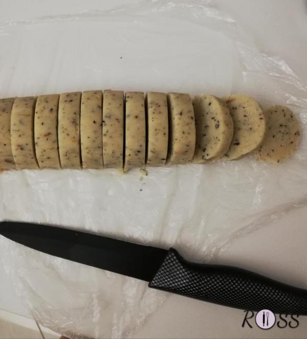 Appena rassodata la pasta, estraetela dal frigo ed iniziate ad affettare il rotolo, creando dei cerchi spessi  6 – 7 mm,(questi biscotti sono buoni abbastanza spessi, essendo friabili e burrosi). Sistemate i biscotti sulla teglia.