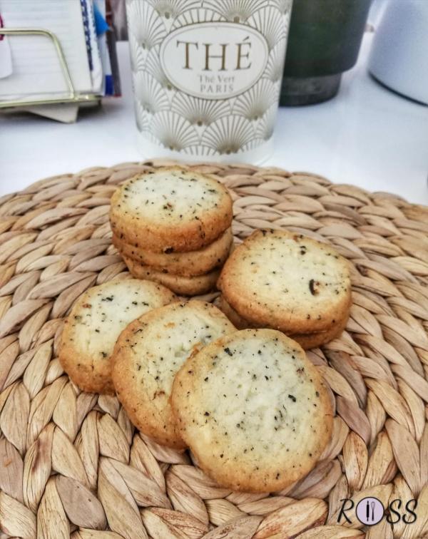 Infornate e cuocete per 15 – 18 minuti, sino a che i biscotti si doreranno appena ai bordi. Una volta cotti, estraeteli dal forno e lasciateli riposare nella teglia (sono molto friabili, quindi molto fragili) .