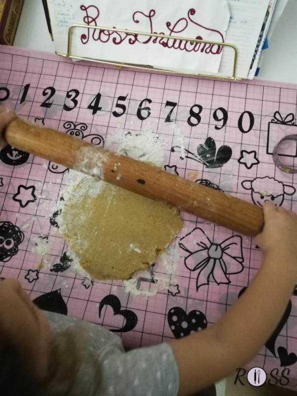 Trascorso tale tempo, accendete il forno, modalità statica, a 180°C. Iniziate a stendere la pasta con l'aiuto di un mattarello, cospargendo il piano di lavoro con della farina.