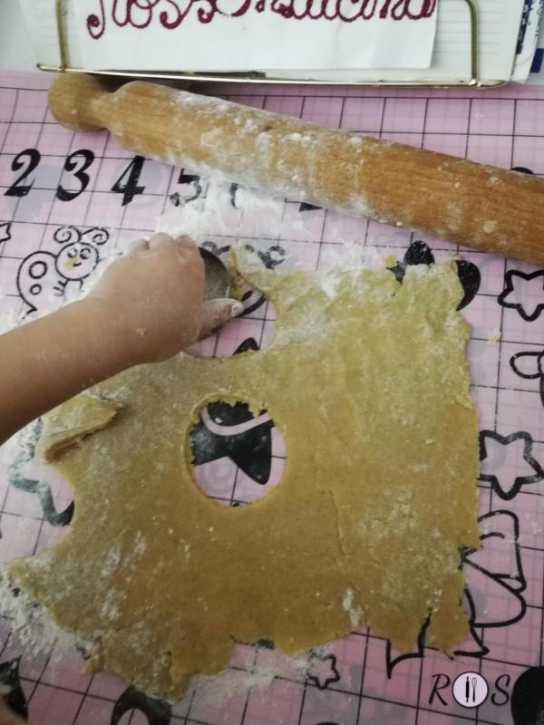 Create tanti biscotti con la forma che più desiderate. Io ho preferito il classico cerchio, anzi, mia figlia!.