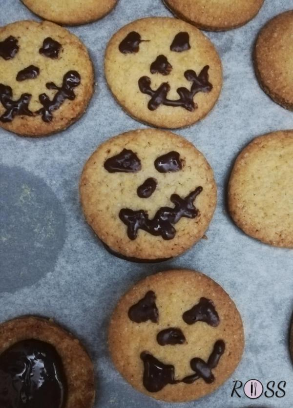 Le altre metà cospargetele con il restante cioccolato fondente, che sarà la farcitura dei vostri biscotti. Adesso ponete il biscotto decorato sul biscotto farcito ed aspettate che il cioccolato si rassodi prima di servire. Potete farcirli anche con della crema di nocciole o marmellata!