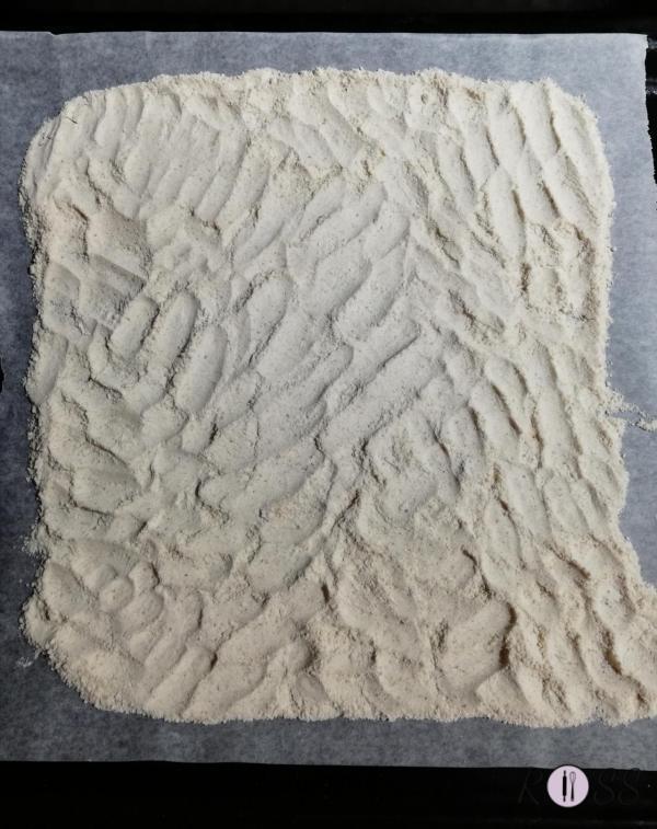 Versate la farina di mandorle, insieme alla farina tipo 0 in una ciotola. Mescolatele bene e poi distribuite le due farine su una placca ricoperta di carta da forno. Fatele tostare in forno già caldo a 130°C (funzione statica) per circa 30 minuti. Togliete dal forno e fate raffreddare per circa 20 minuti.  Disponete le farine tostate e raffreddate a fontana. Al centro mettete lo zucchero a velo, un pizzico di sale, lo strutto, la cannella, il liquore e impastate. Il composto che otterrete sarà molto granuloso e slegato e non si compatterà facilmente, ma è la caratteristica di questa particolare pasta.