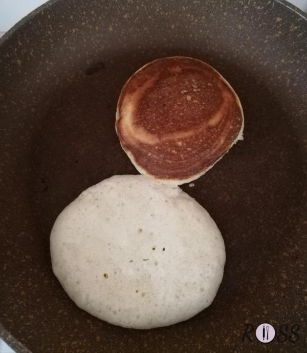 Scaldate una padella, cospargete un filo di olio di oliva ed iniziate a cuocere i vostri pancakes, 2 minuti max per lato. Poneteli in pila, l'uno sopra l'altro e cospargete con succo d'acero, marmellata, miele, cioccolato fuso o qualsiasi cosa vogliate. Buon appetito e buona giornata...da campioni!