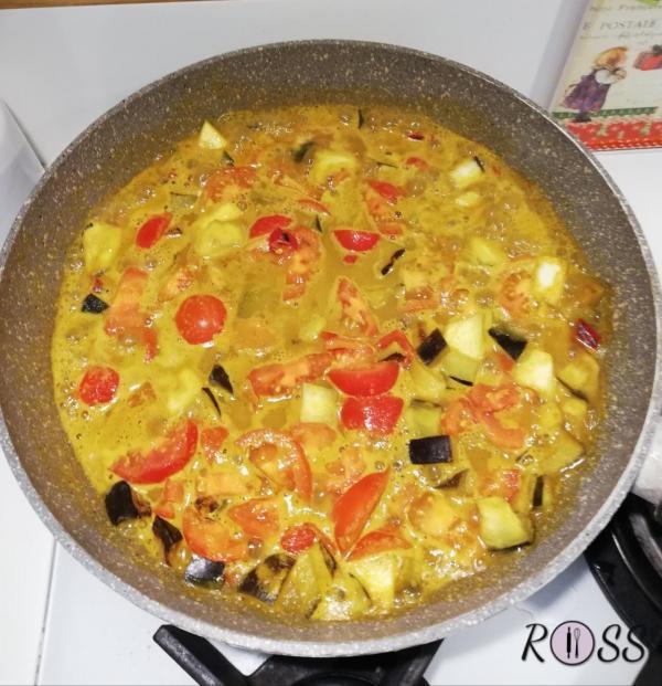 in una padella unite l'olio con la melanzana tagliata a cubetti. Fate soffriggere leggermente. Unite l'acqua e i pomodorini a pezzetti. Coprite con un coperchio e lasciate cuocere per 2-3 minuti. In una ciotola unite il latte di cocco, le spezie( curry, curcuma, zenzero e paprika). Mescolate bene, facendo sciogliere tutte le spezie e adesso unitelo alla padella con le verdure. Fate cuocere per 2 minuti senza coperchio.