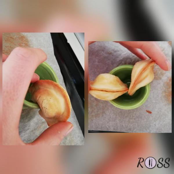 Aiutatevi con l'orlo di una tazza per fare pressione sulla parte inferiore del biscotto e piegare le due estremità verso il basso, dopodiché premete delicatamente i bordi per sigillarlo (è più facile a farlo che a dirlo,fidatevi).