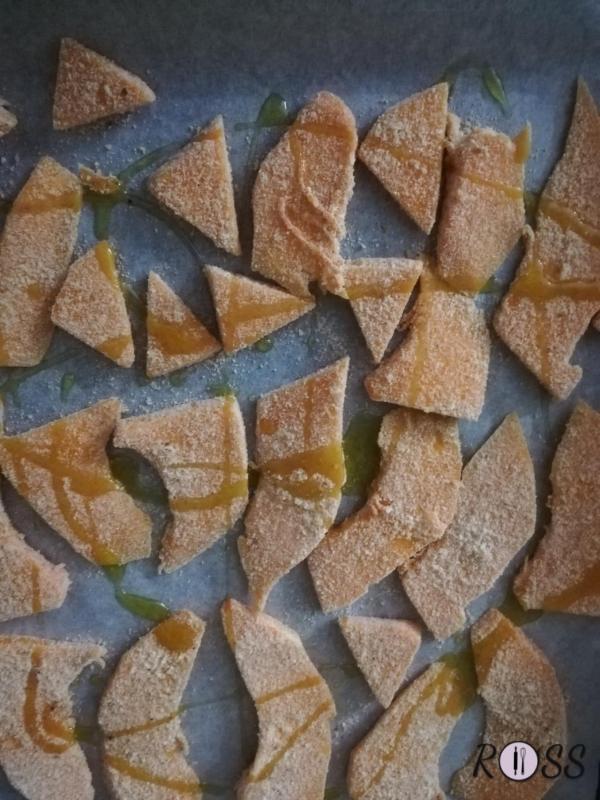 Nel frattempo affettate la zucca, impanatela con pangrattato insaporito con sale, pepe nero e rosmarino tritato. Adagiate ogni fetta su una teglia rivestita con carta forno. Cospargete con poco olio di oliva (2 cucchiaini) ed infornate insieme alla frittata, per 15 minuti