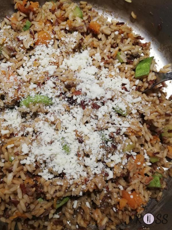 Quando il riso sarà pronto, aggiungete le spezie e il parmigiano. Amalgamate il tutto. Aggiustate di pepe nero e sale.