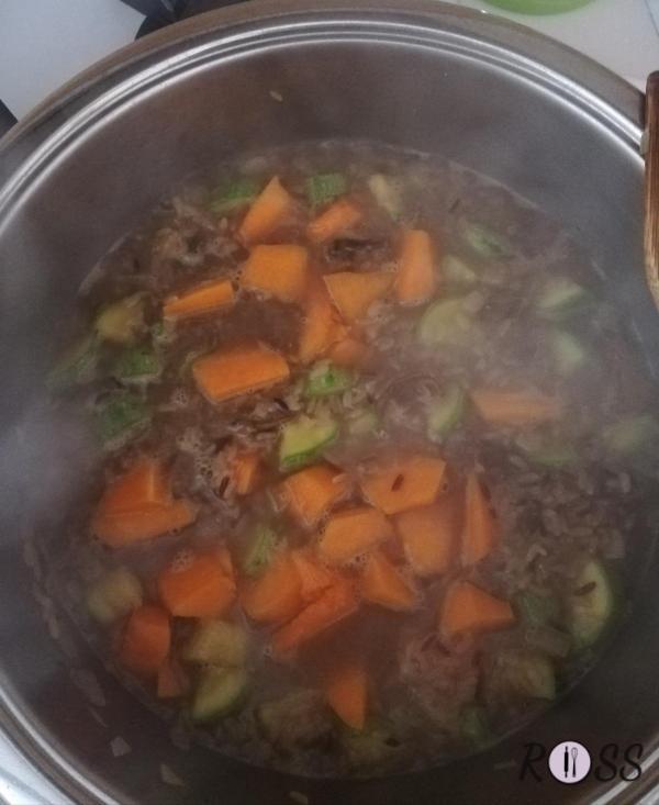 In una pentola capiente fate riscaldare l'olio, aggiungete la cipolla tritata e fatela rosolare fino alla doratura. Pulite e tagliate  a cubetti piccoli  la zucca, zucchina e funghi e uniteli in un pentolino pieno di acqua. Fate bollire. Questo sarà il brodo che aggiungerete al riso in cottura.