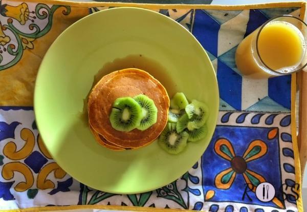 Quando i vostri pancakes saranno pronti, aggiungete della frutta fresca affettata e dello sciroppo d'acero o miele liquido. Buona colazione