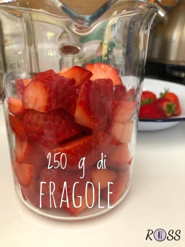 Pulite e tagliate le fragole.