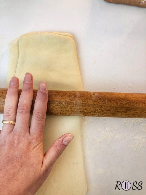 Adesso prendete il panetto e stendetelo su un piano infarinato(dovete creare un rombo), posizionate il panetto di burro freddo di frigo, chiudete i 4 lembi sovrapponendoli.  Iniziate a stendere il panetto formando un grande rettangolo(30x40).  Adesso piegate un terzo della sfoglia al centro , piegate l'altro terzo della sfoglia sopra il primo. Avvolgete il panetto ottenuto nella pellicola e ponetelo in frigo per 30 minuti.