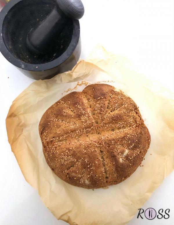Dopo la lievitazione, se non è stato posto in precedenza, porre l'impasto su teglia rivestita con carta forno, effettuare dei tagli sul pane ed infornare in forno statico, preriscaldato a 200° C per 30 minuti. Vi consiglio di porre in forno un pentolino senza manici in plastica e pieno d'acqua, sulla parte bassa del forno. In questa maniera non si rischia di seccare eccessivamente il preparato.  Terminata la cottura, lasciate raffreddare su una griglia prima di affettarlo.