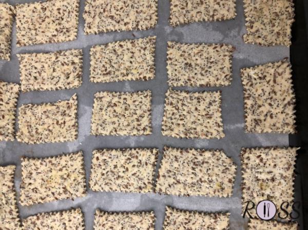 Accendete il forno, modalità ventilata con grill, a 200°C. Stendete l'impasto finemente(2 mm) per averli molto croccanti. Tagliateli in piccoli rettangoli.