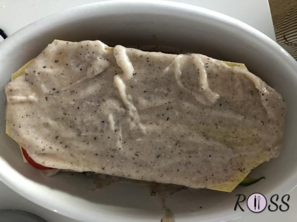 Fate così per un altro strato. Terminate con uno strato di pasta e besciamelle.  Aggiungete dell'altra besciamelle ai lati delle lasagne, per non disidratarle in cottura.