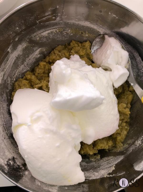 Terzo step: accendi il forno statico a 180°C. Monta a neve gli albumi ed uniscili al composto compatto. Mescola dal basso verso l'alto.
