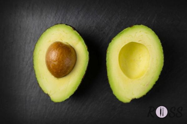 Per prima cosa taglia in 2 un avocado ben maturo.