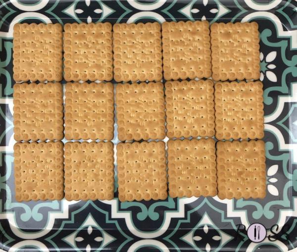In un vassoio poni il primo strato di biscotti
