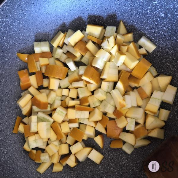 Lascia cuocete con un coperchio, aggiungendo dell'acqua se si asciuga parecchio. Nel frattempo, in una pentola piena d'acqua, cuoci gli gnocchi.