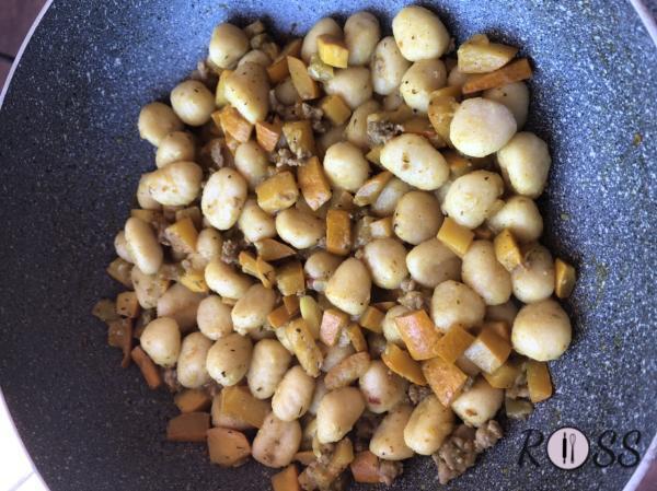 Quando le zucchine saranno arrivati a metà cottura, elimina l'aglio ed aggiungi tutte le spezie, le erbe acromatiche ed il manzo tritato. Cuoci del tutto. Assaggia ed aggiungi del sale se è necessario. Quando gli gnocchi saranno cotti, scolali ed aggiungili in padella. Amalgamali con il condimento. Spegni il fuoco e servi.  Bon Appetit