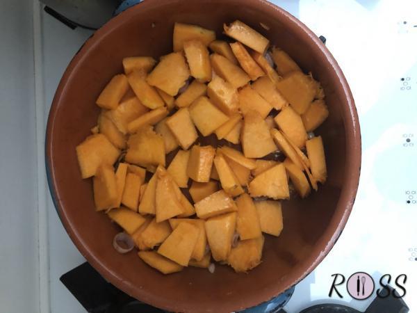 Per prima cosa tmonda e taglia a tocchetti la zucca. Falla cuocere in pentola con coperchio, dopo aver soffritto uno scalogna. Aggiungi un po' di acqua durante la cottura e del sale.
