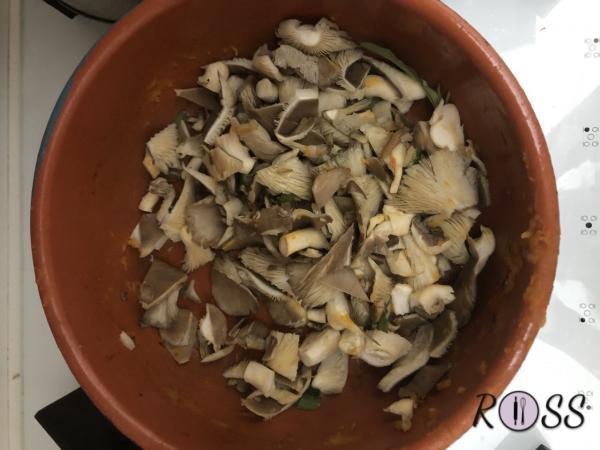 Nel tegame dove prima hai cotti la zucca, unisci dell'olio evo e cuoci con coperchio i tuoi funghi ridotti a tocchetti . Aggiungi sale e pepe nero.