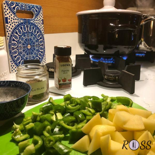 Adesso unisci il peperone tagliato a dadini ed il pomodoro. Lascia cuocere per circa 40 minuti sempre facendo attenzione che il brodo non si asciughi. Nel frattempo sbuccia la patata e tagliala a dadini ed uniscila in pentola, lasciando cuocere per circa 45 minuti. Assaggia in modo da avere la certezza che sia cotta. Aggiungi un cucchiaio di concentrato di pomodoro. Assaggia per controllare se il tuo gulash necessita altro concentrato e per controllare anche la cottura della carne. Quando sarà tutto perfetto, lascialo riposare in pentola con coperchio per una decina di minuti.