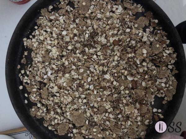 Appena il forno sarà arrivato alla giusta temperatura poni il muesli su una teglia rivestita con carta forno ed inforna per circa 10-15 minuti.