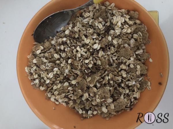 Aggiungi i semi ( di lino e di zucca) e mescola il tutto. Adesso aggiungi il miele e mescola con le mani per incorporarlo per bene al composto
