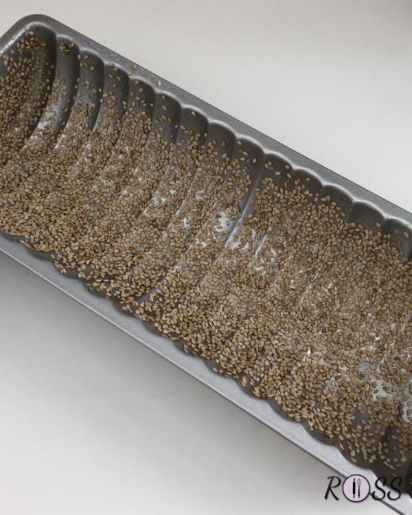Per prima cosa poni le gocce di cioccolato bianco in freezer , in tal modo durante la cottura non si depositeranno sul fondo del dolce. Adesso  prendi uno stampo per plum cake e imburralo e cospargilo di semi