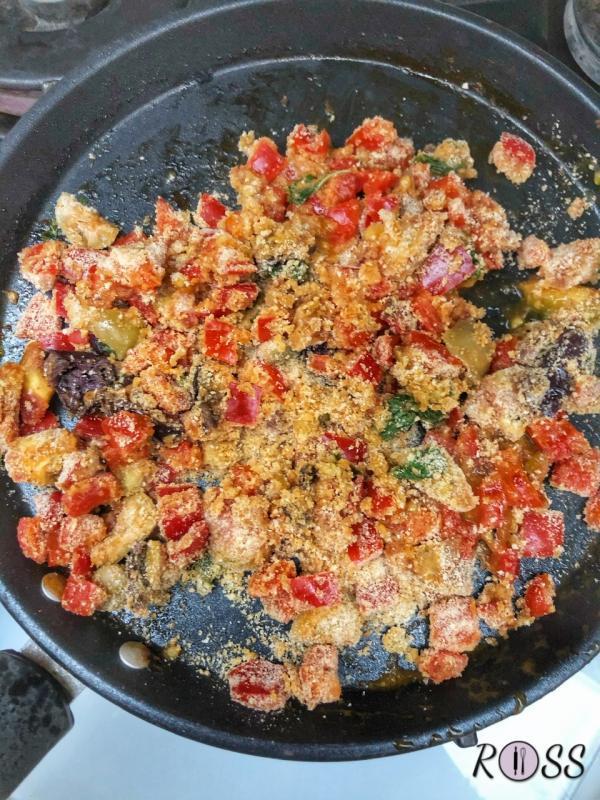 Rendi in piccoli pezzi le olive ed aggiungile in padella. Adesso unisci la Certosa ed il pan grattato. Rosola per pochissimi minuti e spegni lasciando raffreddare