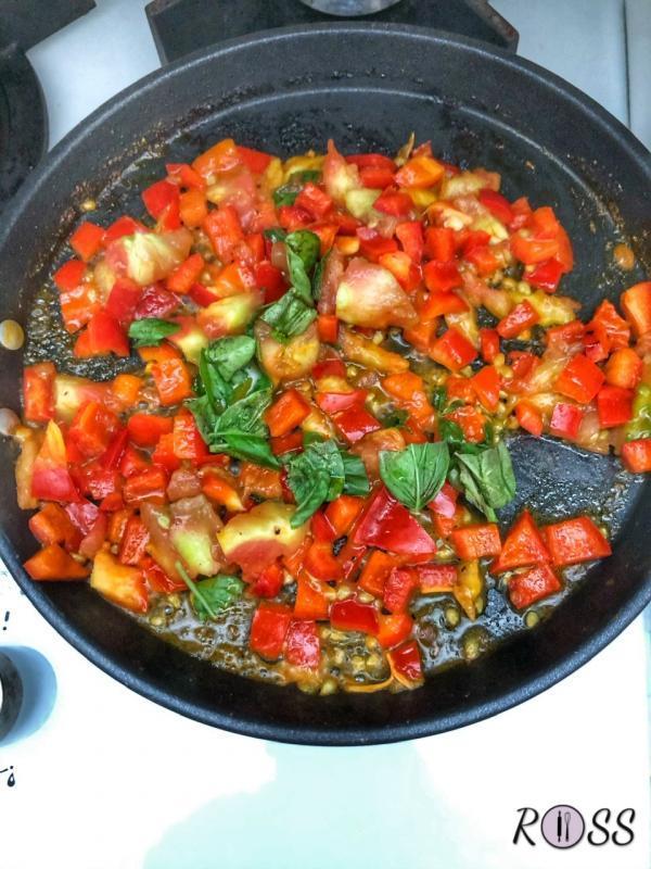 Lava e taglia a puzzola pezzi il mezzo peperone. Scalda una padella, aggiungi dell'olio extravergine di oliva e rosola la polpa ed il peperone. Aggiungi le erbe aromatiche fresche